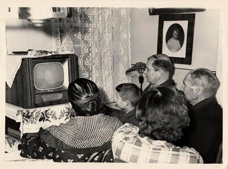1961年までに多くの家庭がテレビを手に入れ、晩にその前に集うことが日常の一部となり、楽しいひと時となった