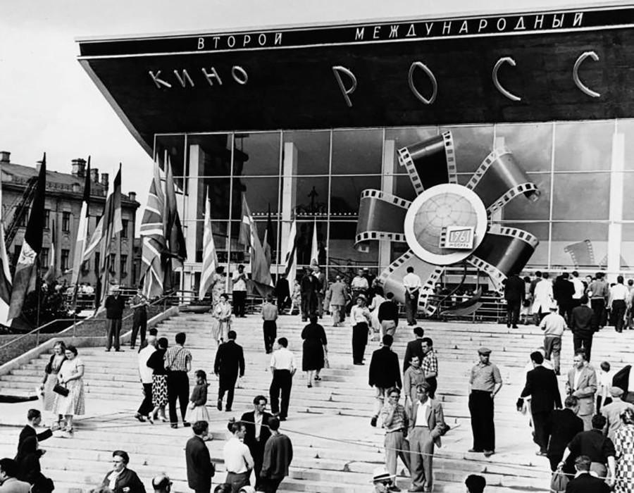 第2回モスクワ国際映画祭の際の映画館「ロシア」の入口