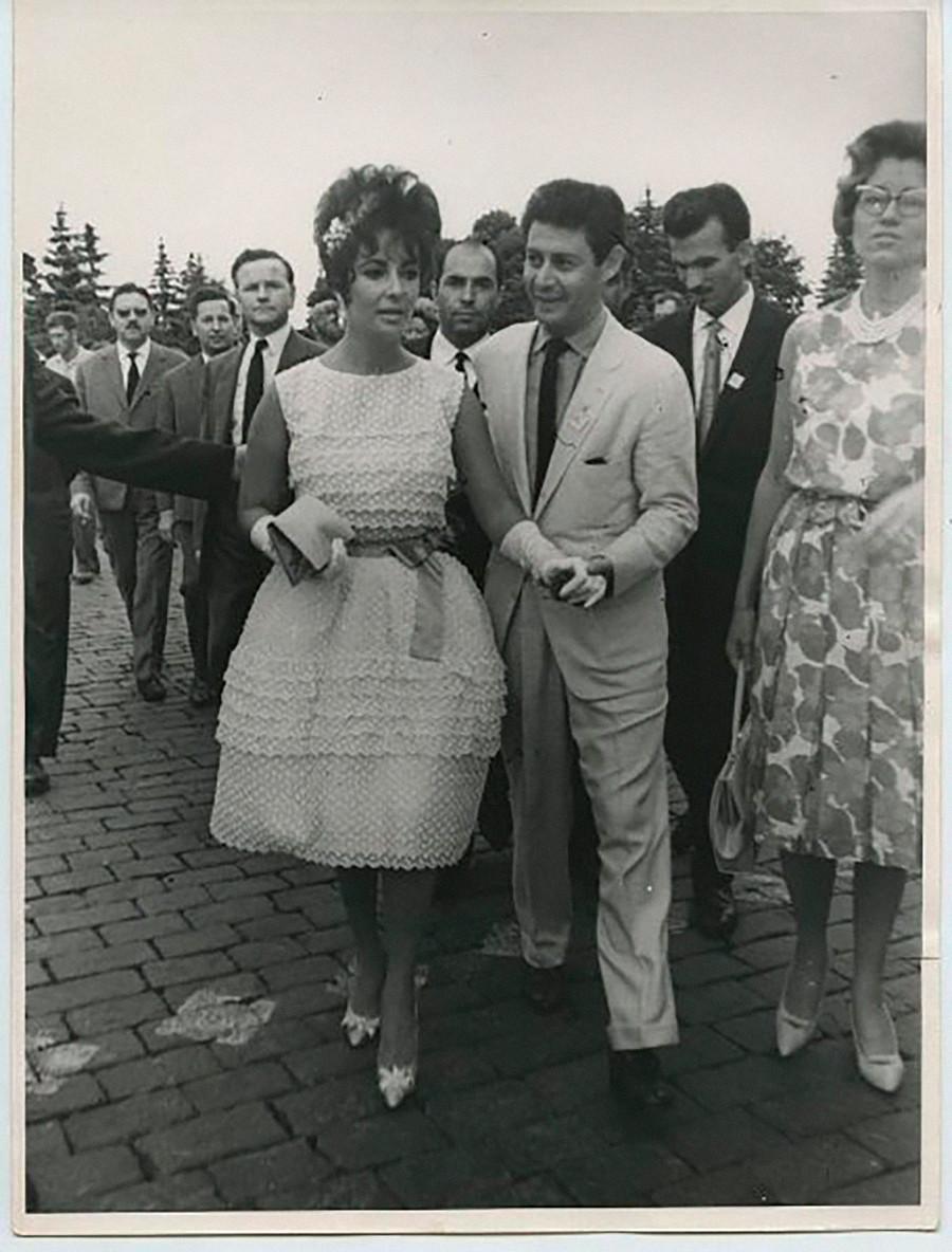 第2回モスクワ国際映画祭の開催中にクレムリンの中を歩くエリザベス・テイラー