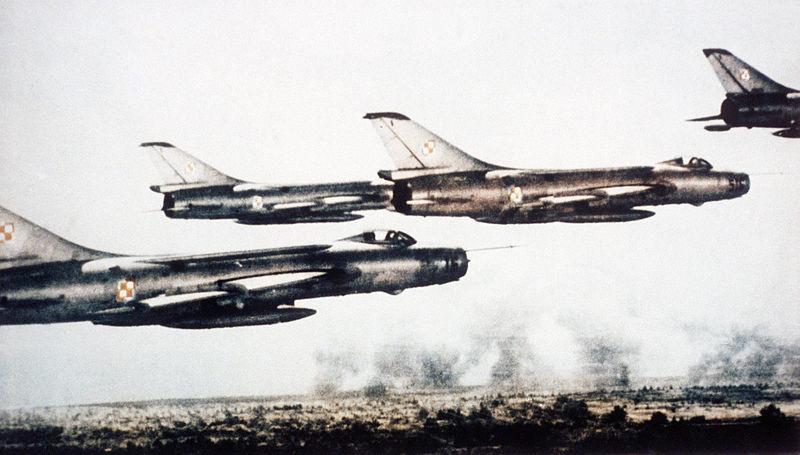 Aparatos Su-7 en vuelo.