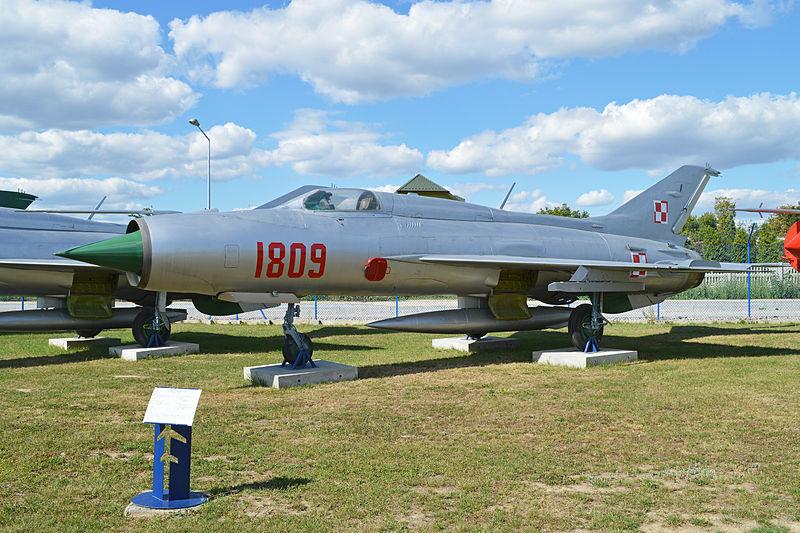 """Un MiG-21 de la versión """"PF"""". Se trataba de un MiG-21 de segunda generación, un interceptor para todo tipo de clima. Expuesto en el Muzeum Sit Powietrznych de Deblin (Polonia)"""