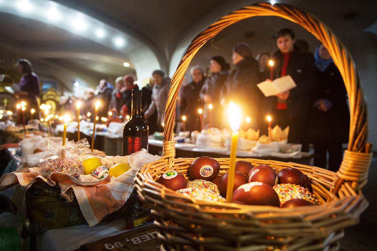 Pemberkatan kue dan telur Paskah saat Gereja Ortodoks Rusia bersiap merayakan Paskah.