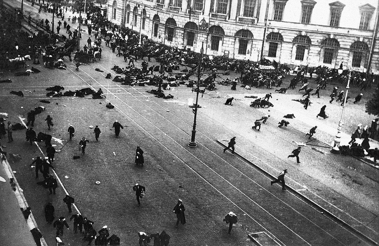 Pasukan Cossack kekaisaran menembak pekerja yang melakukan aksi unjuk rasa damai di Petrograd, Juli 1917.