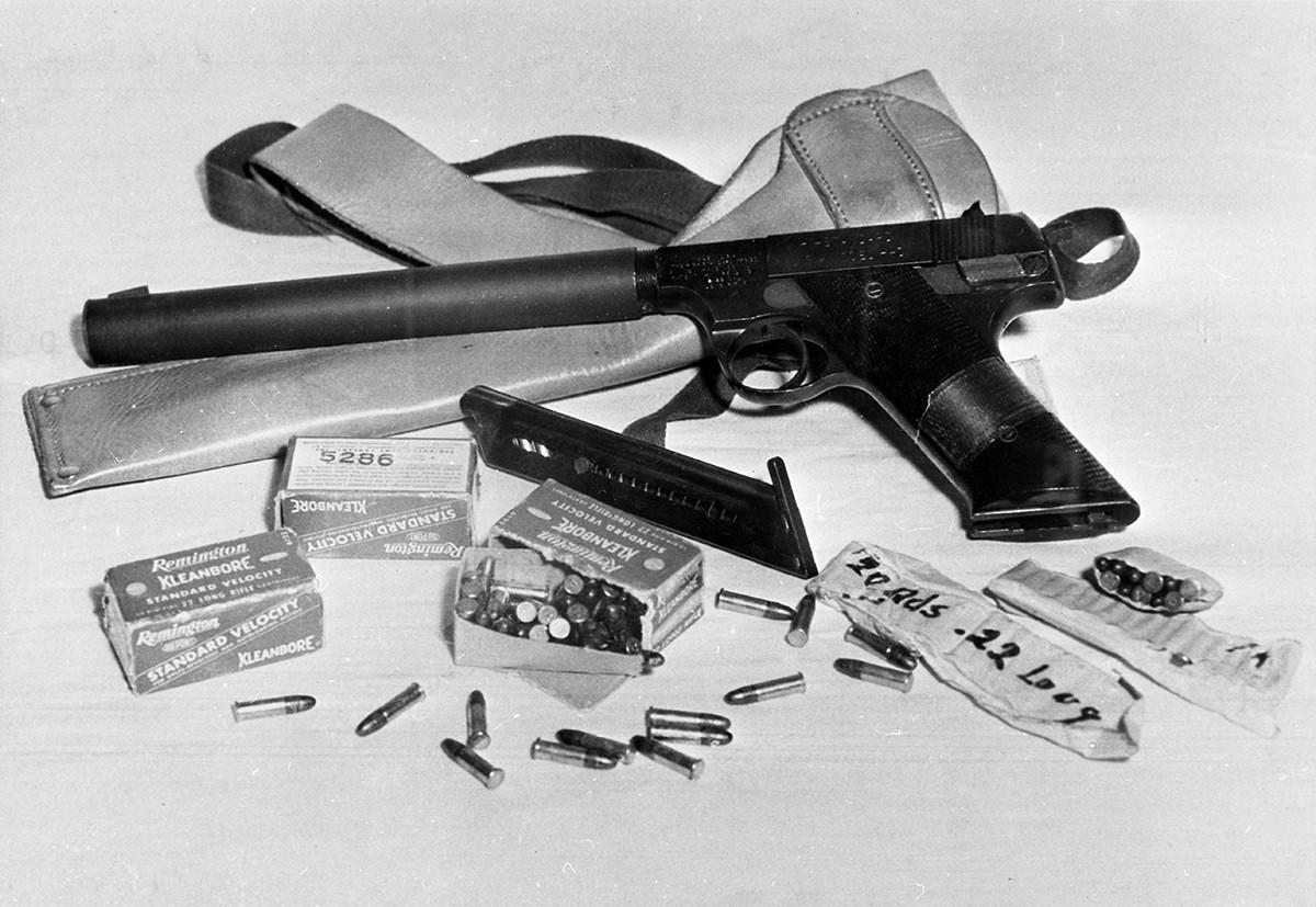 Una pistola silenziata con cartucce di proprietà del pilota americano Francis Gary Powers