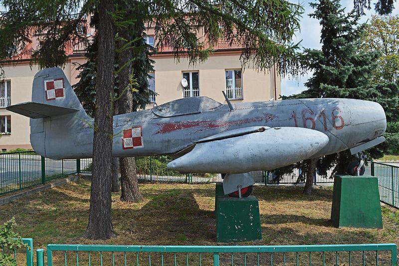 Ovaj avion Jak-23 nalazi se u predgrađu Bielany, na periferiji Krakova (Poljska).