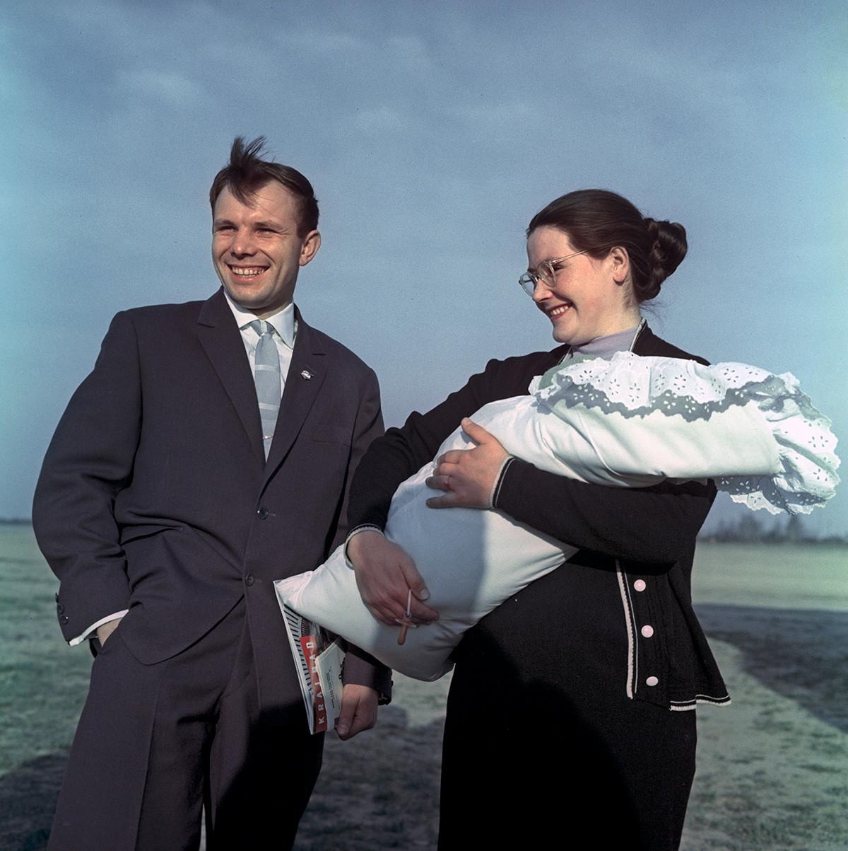 Gagárin e a mulher, Valentina, com Galina recém-nascida, 1961.