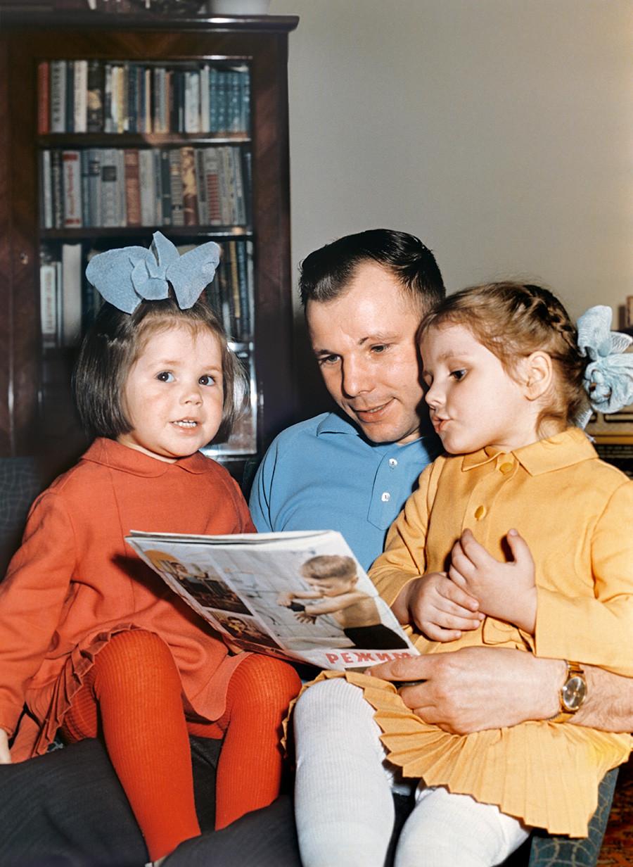 Gagárin lê com as filhas, 1965.