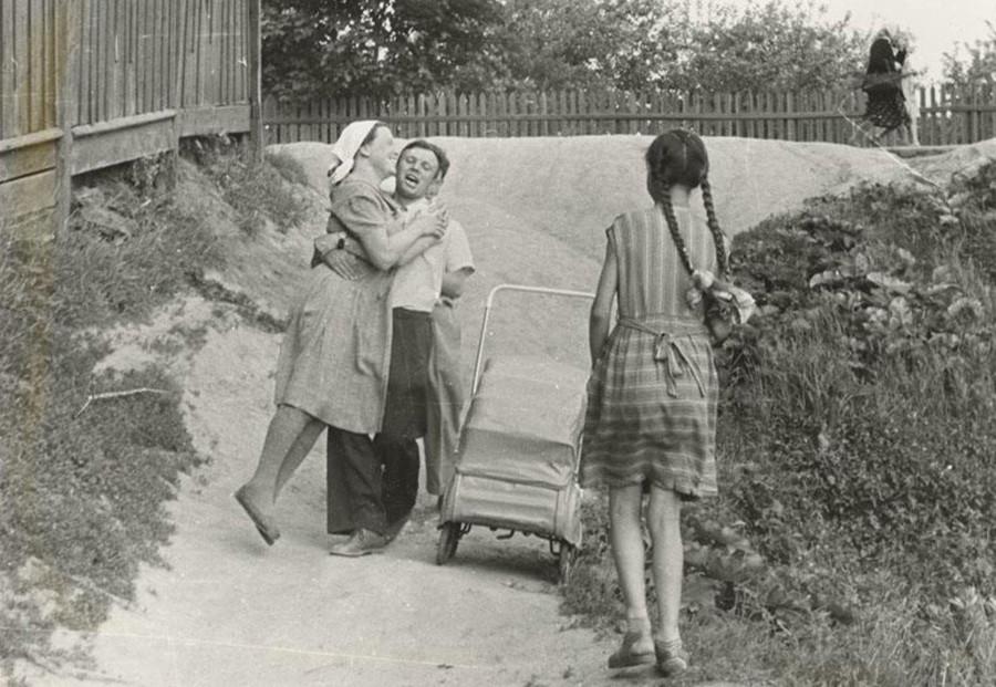 Gagárin se diverte com a família, 1967-1968.