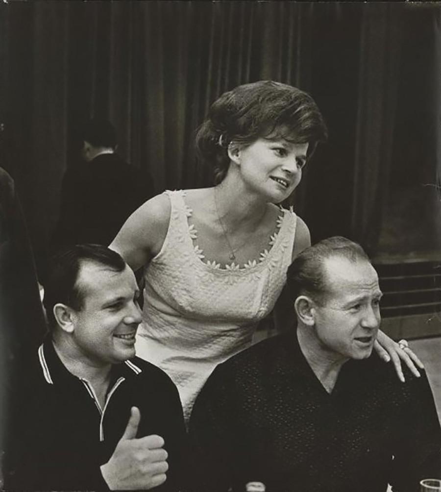 Os cosmonautas Iúri Gagárin, Valentina Terechkova e Aleksei Leônov, 1965.