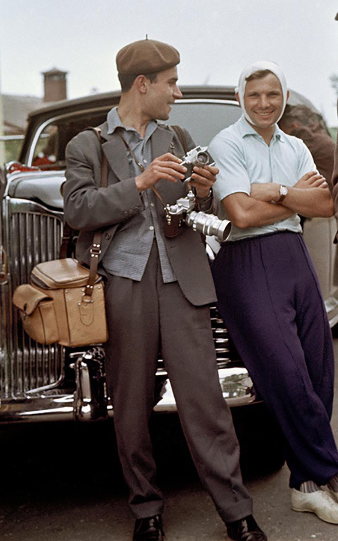 Iúri Gagárin e o fotógrafo Iúri Abramotchkin, 1961.