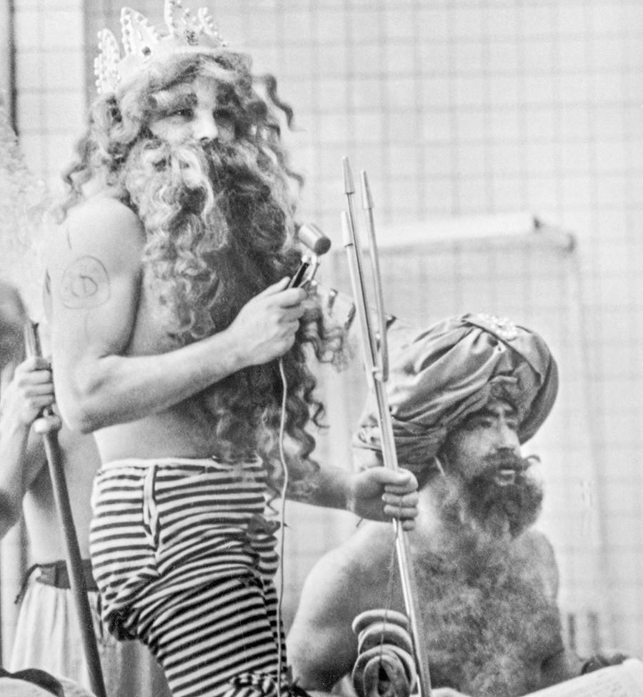 Os cosmonautas Iúri Gagárin (esq.) e Aleksêi Leônov fantasiados durante as celebrações do Dia de Netuno, 1965.