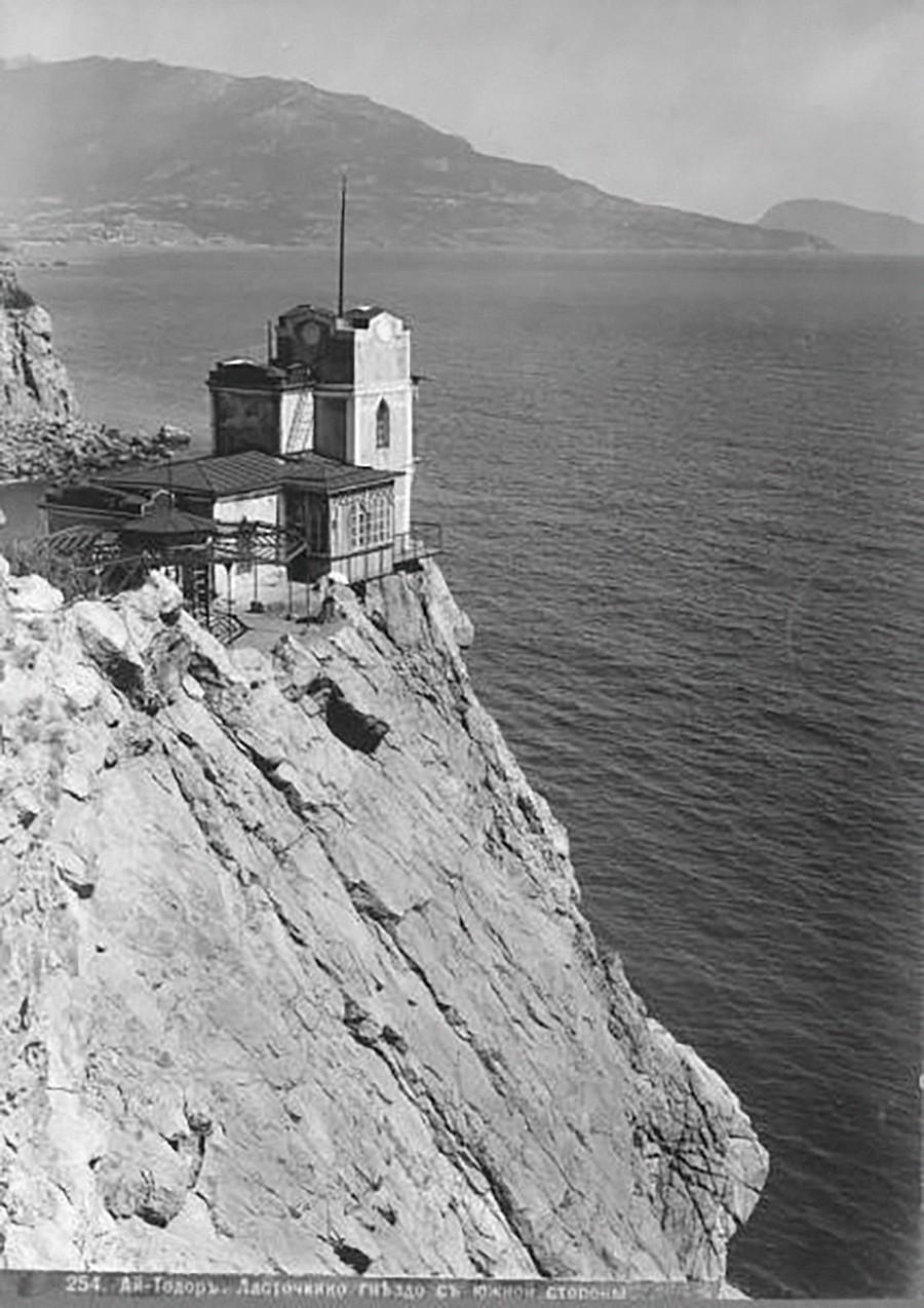 La datcha qui se trouvait à l'emplacement de l'actuel château néogothique du Nid d'hirondelle, années 1900