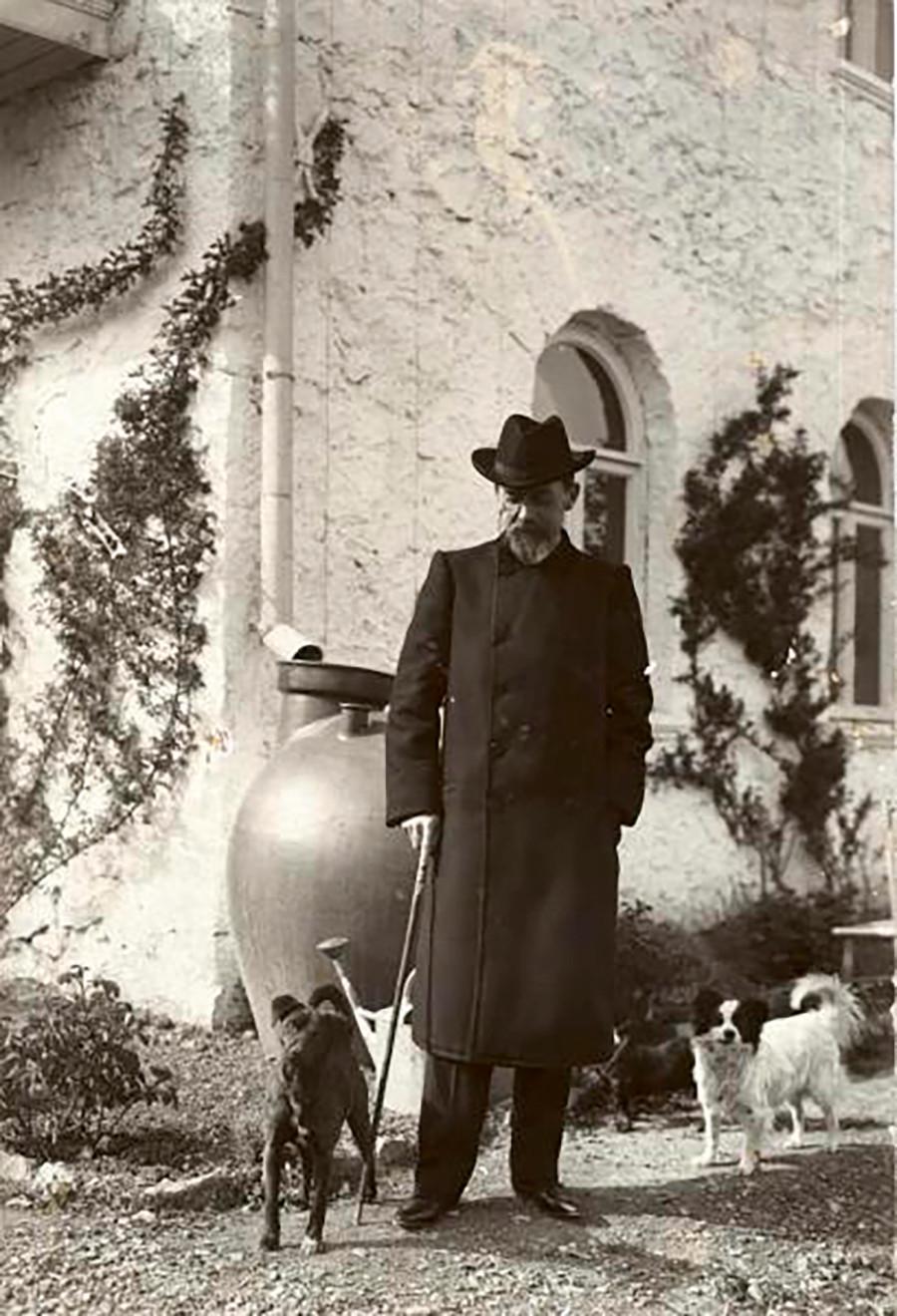 Le dramaturge Anton Tchekhov possédait une datcha en Crimée. Il se promène ici avec ses chiens, à Yalta, en 1903.