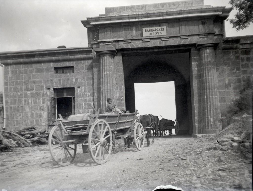 Voiture hippomobile passant la Porte de Baïdar, un col montagneux vers la mer Noire, 1897