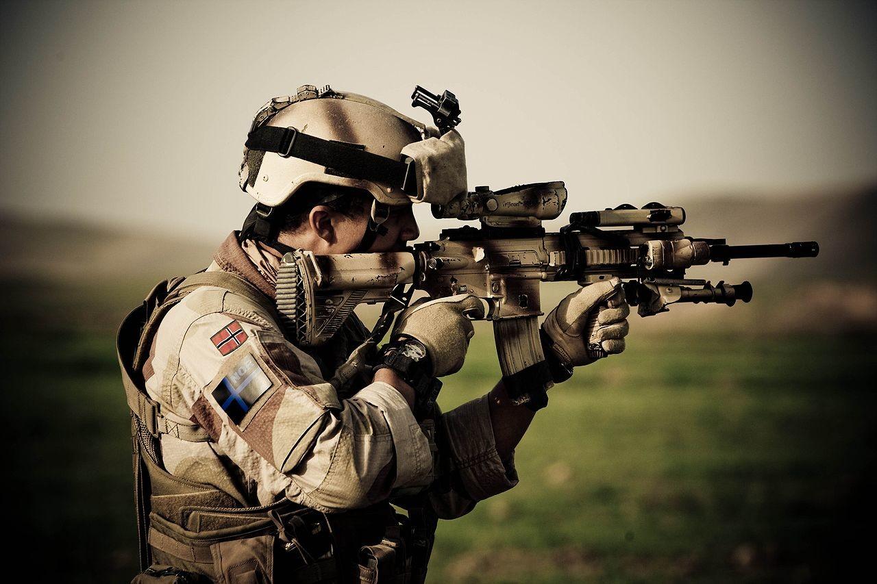 Norveški vojak v provinci Farjab v Afganistanu, oborožen z avtomatom HK416