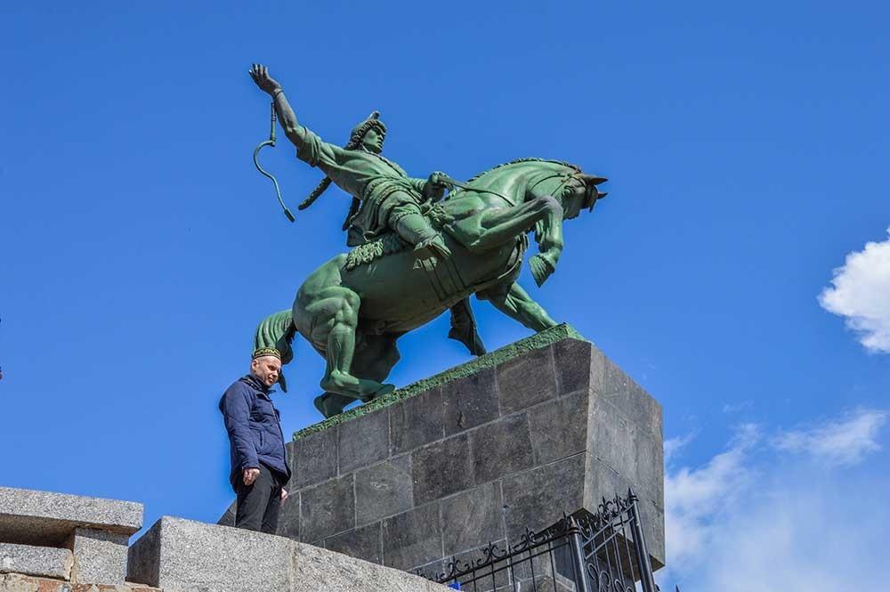 Памятник Салавату Юлаеву в Уфе и местный житель в традиционном головном уборе