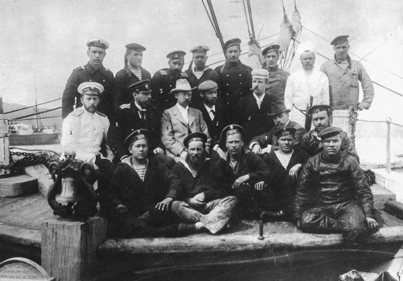"""Учесници поларне експедиције на броду """"Зарја"""". Колчак је трећи слева у горњем реду."""