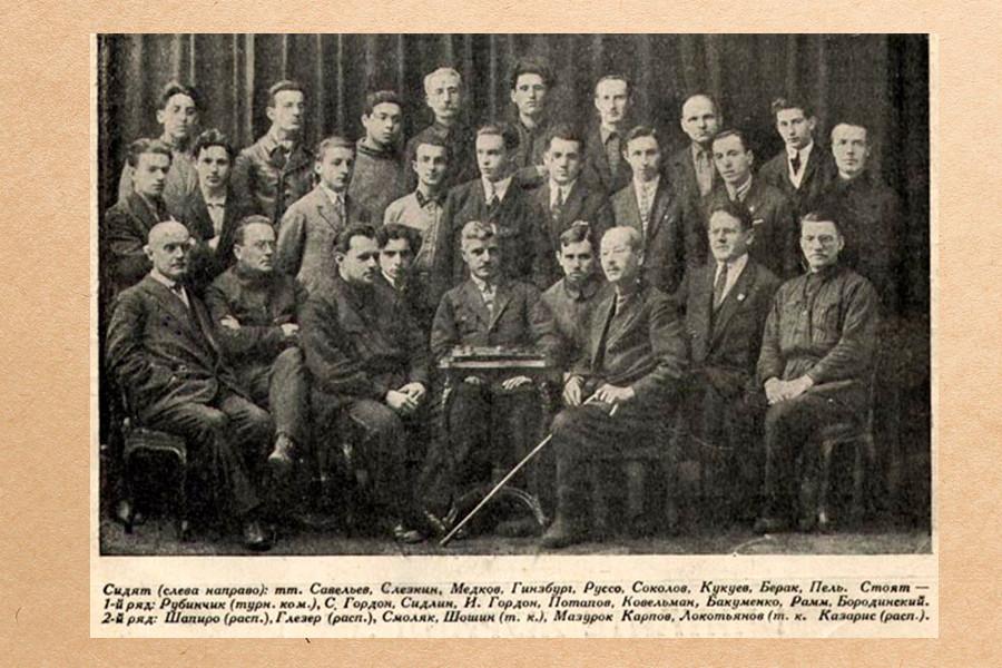 В. Н. Руссо (1-й ряд, 5-й слева) на коллективном снимке участников III Чемпионата СССР по русским шашкам
