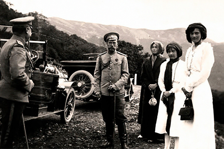 娘たちとポーズを取るニコライ2世。1913年