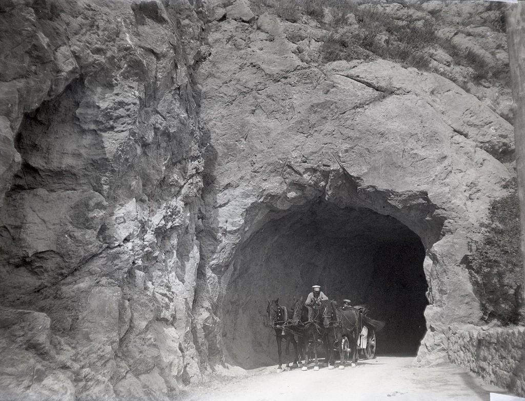 クリミア最南端、崖の多い町フォロスを通る馬車。1897年