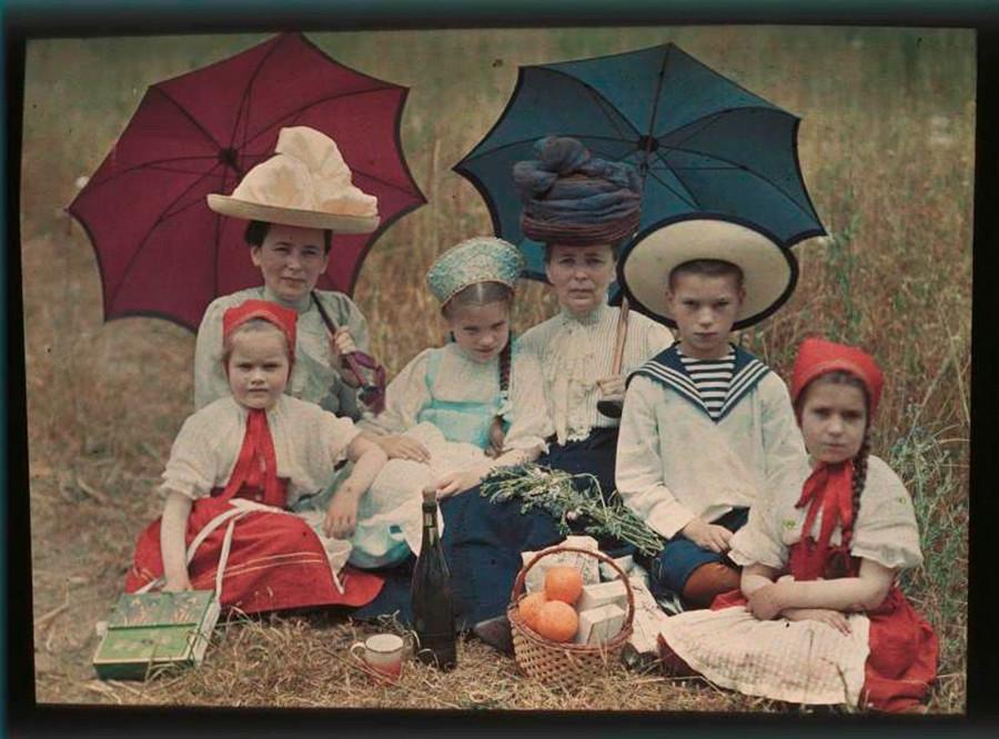クリミアでピクニックを楽しむ家族。1910年