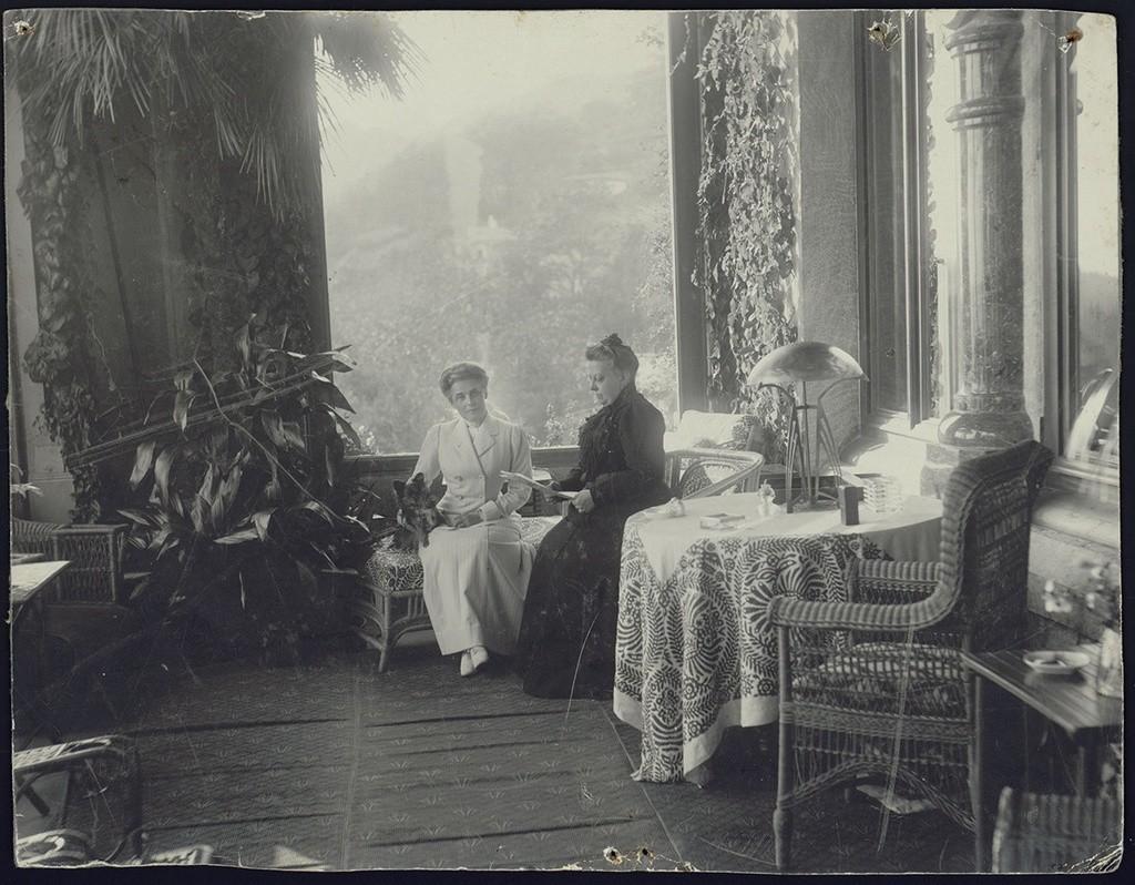コレイズにあるユスポフ家の御殿で茶を楽しむ公女ジナイダ・ユスポワ(左)。1913年