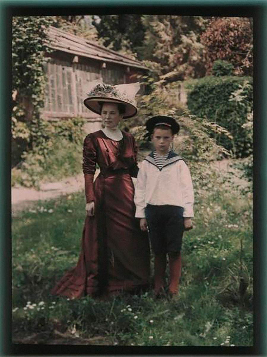 夏の休暇にクリミアに来た母子。1910年