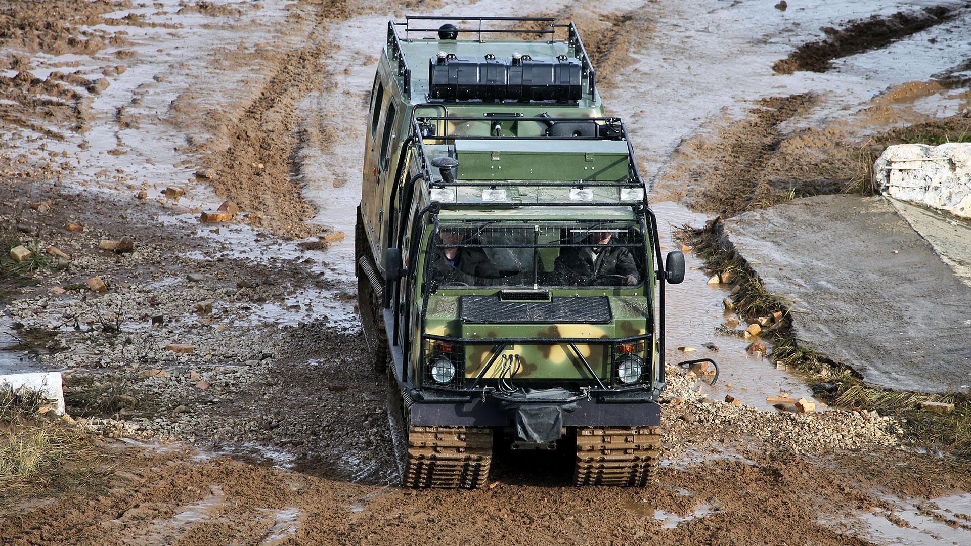 """Гусенично теренско возило ГАЗ-3351 """"Лос"""" са два спојена одсека."""