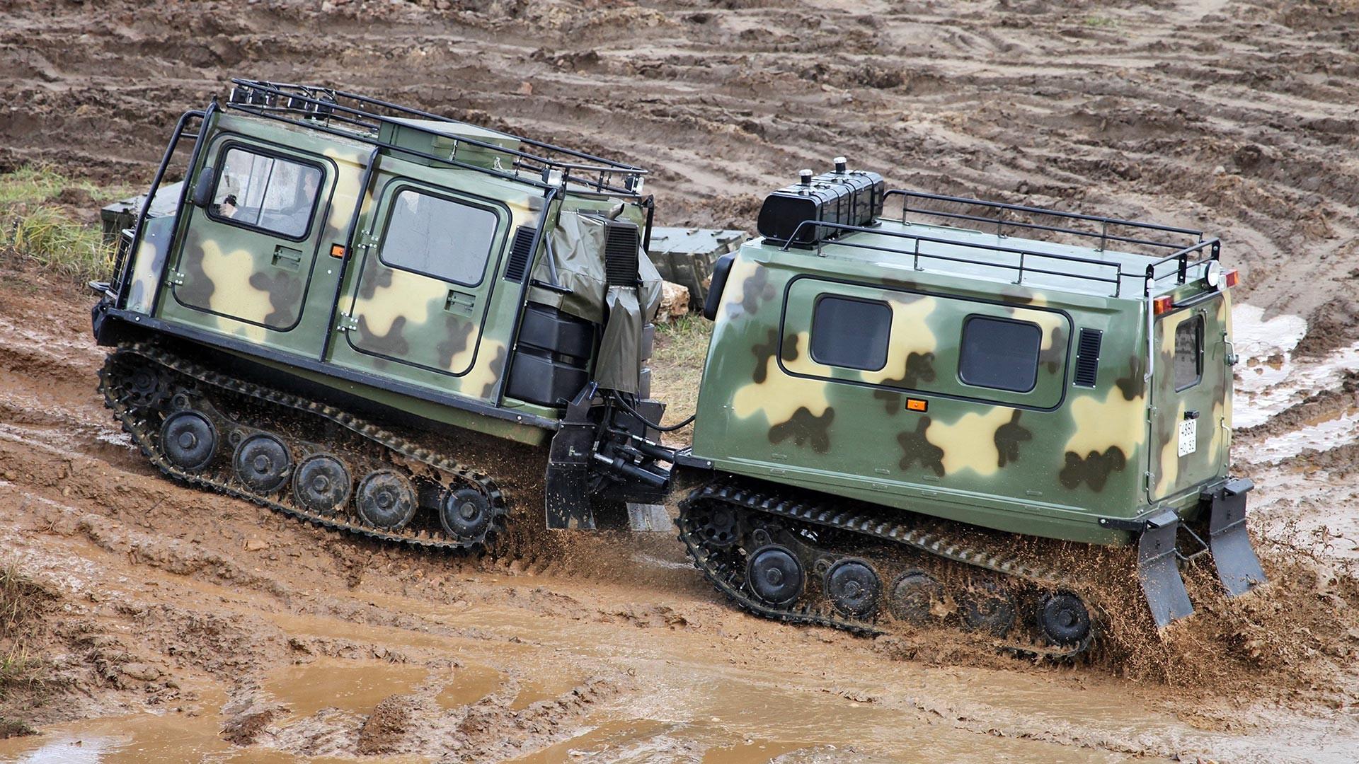 """Гасенично теренско возило ГАЗ-3351 """"Лос"""" со два споени отсека."""