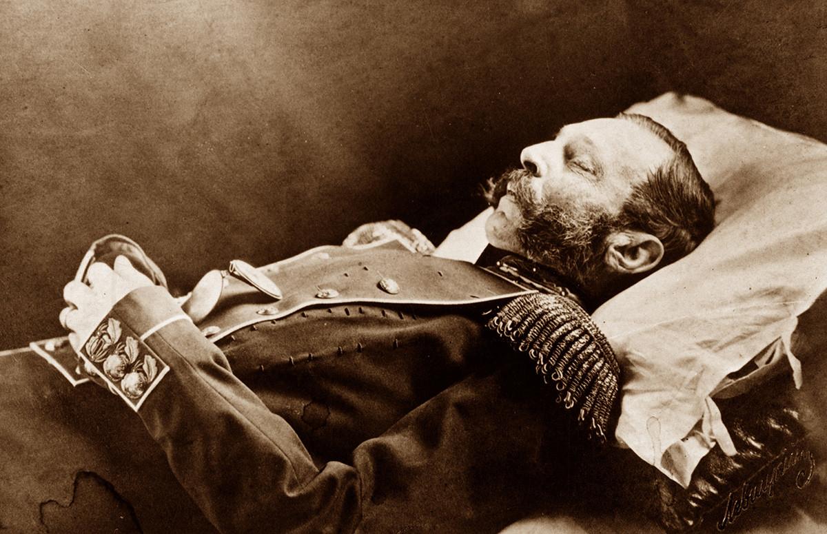 Aleksandr II di ranjang kematiannya.