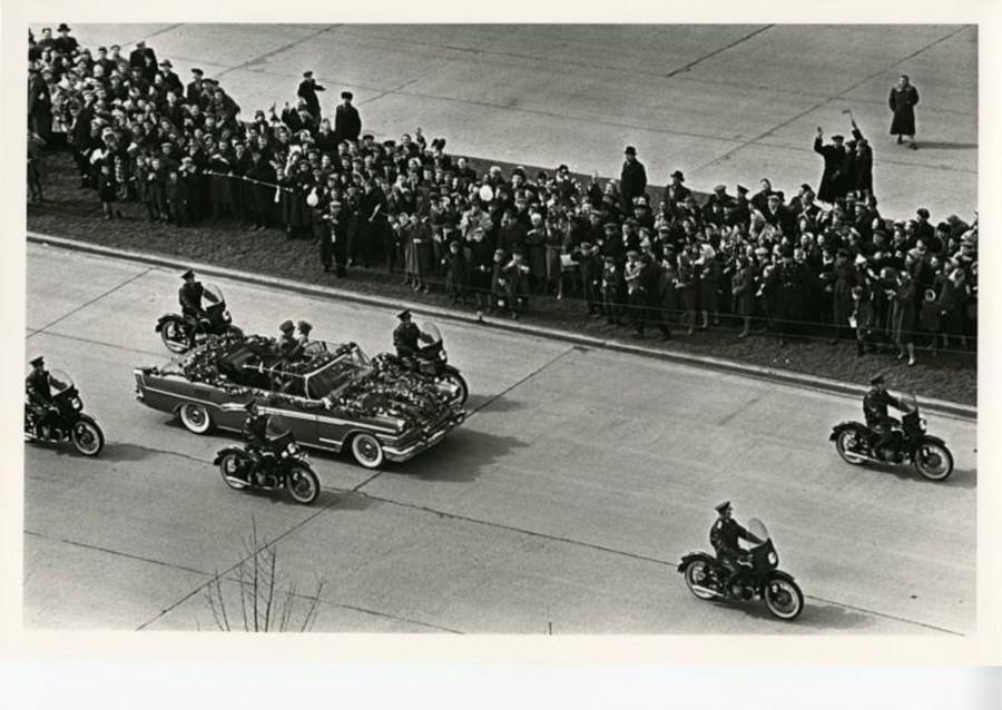 Moscoviti accolgono trionfalmente Gagarin. Uno sguardo più da vicino