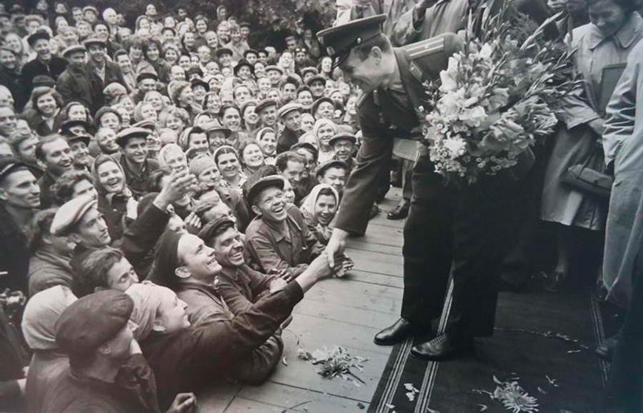 Jurij Gagarin incontra i lavoratori di una fabbrica