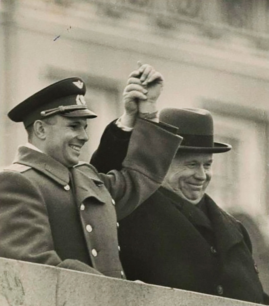 Gagarin e Khrushchev salutano il popolo sovietico dalla sommità del Mausoleo di Lenin