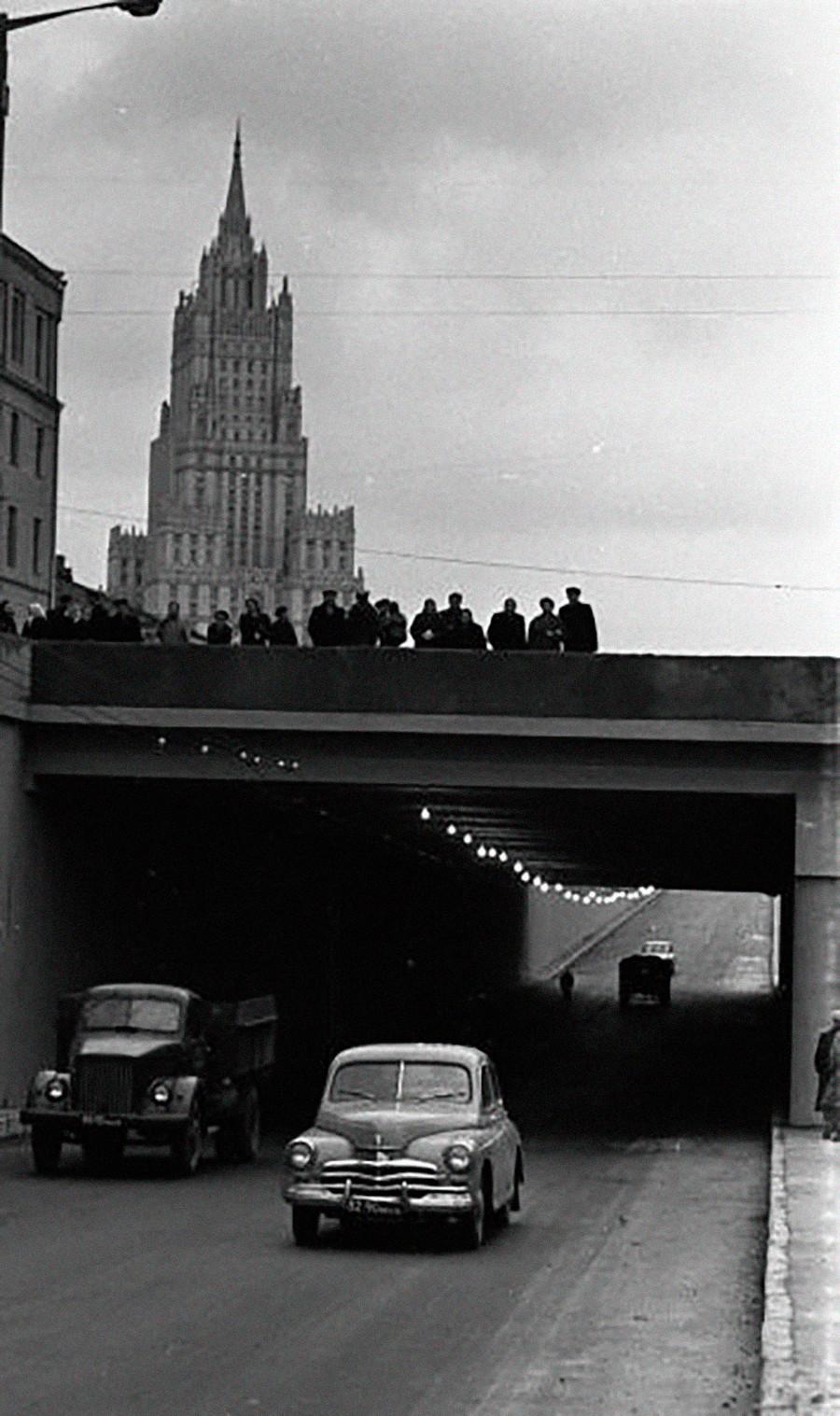 """Il traffico automobilistico di Mosca aumentava e c'era bisogno di nuove infrastrutture stradali. Ecco un tunnel sulla circonvallazione dei Giardini (sadóvoe koltsó). Sullo sfondo c'è uno dei grattacieli detti le """"Sette sorelle"""" di Stalin: quello del Ministero degli Affari Esteri"""