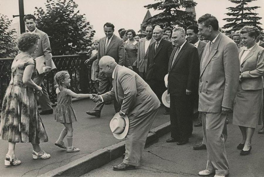 Nikita Khrushchev saluta una bambina mentre passeggia vicino al Cremlino