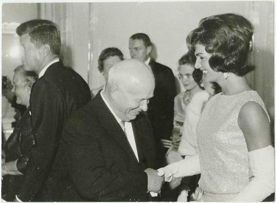 Nikita Khrushchev saluta Jacqueline Kennedy durante il suo incontro con John F. Kennedy a Vienna