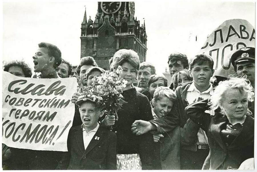 """Un meeting sulla Piazza Rossa. I manifesti recitano """"Gloria agli eroi spaziali sovietici"""", """"Gloria al Partito Comunista"""""""