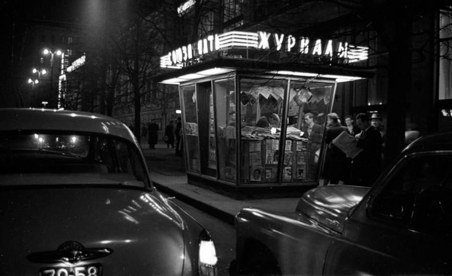 """Un chiosco di giornali """"Sojuzpechat"""" a Mosca"""