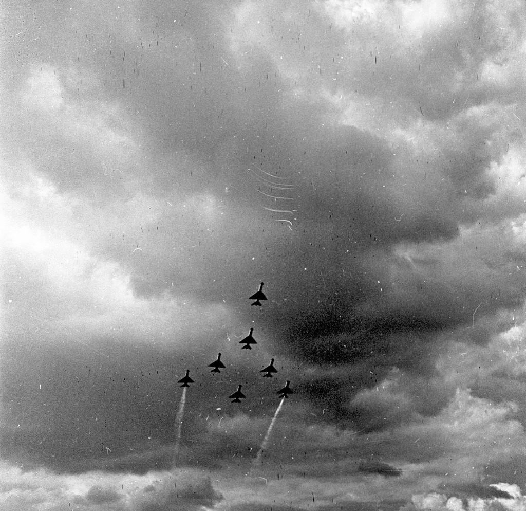 Sette caccia supersonici MiG-21 durante un volo di addestramento