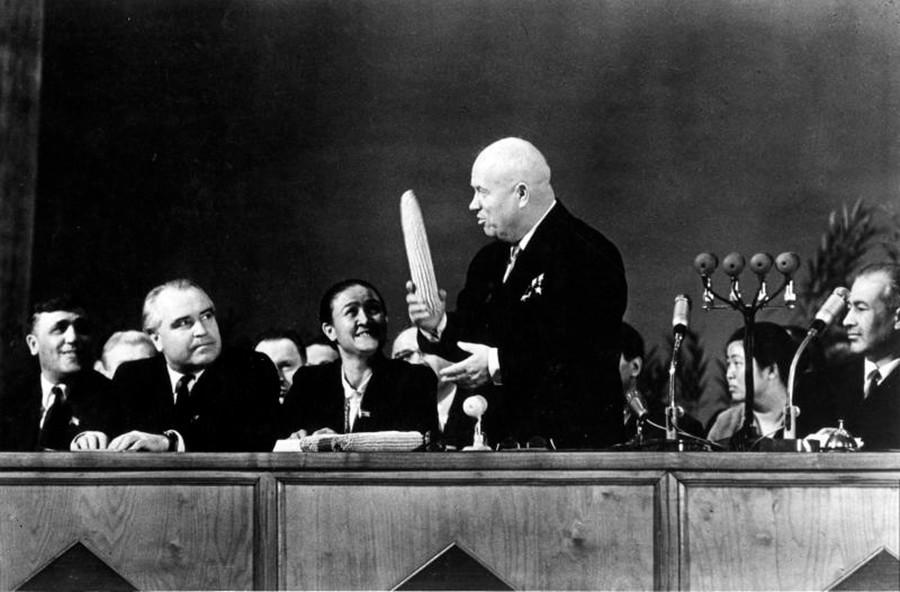 Nikita Khrushchev con pannocchie di mais. La sua idea fissa, dopo aver visitato gli Stati Uniti, era di far diventare l'Urss un grande produttore di granoturco. Ma questa campagna agricola fallì, poiché le piante non crescevano bene per via del clima