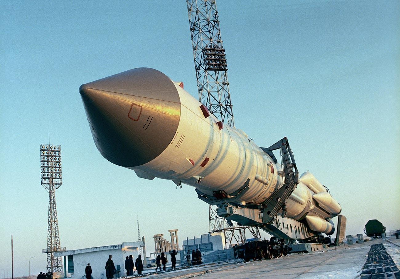 La station Mir sur la plateforme de lancement du cosmodrome de Baïkonour