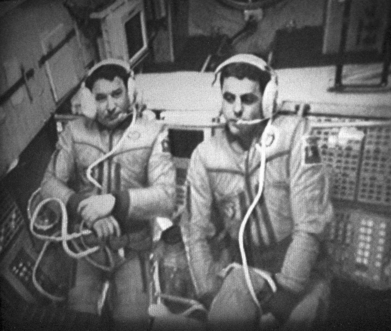 Les cosmonautes Leonid Kizim et Vladimir Soloviov, héros de l'URSS, au sein de la station Mir