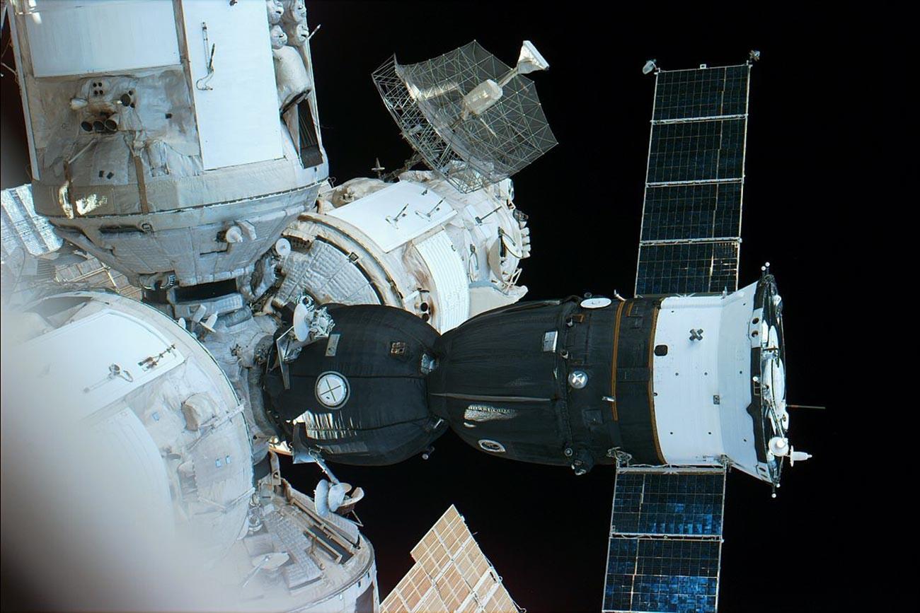Vue depuis la navette spatiale Atlantis sur le Soyouz TM-24 amarré à la station Mir