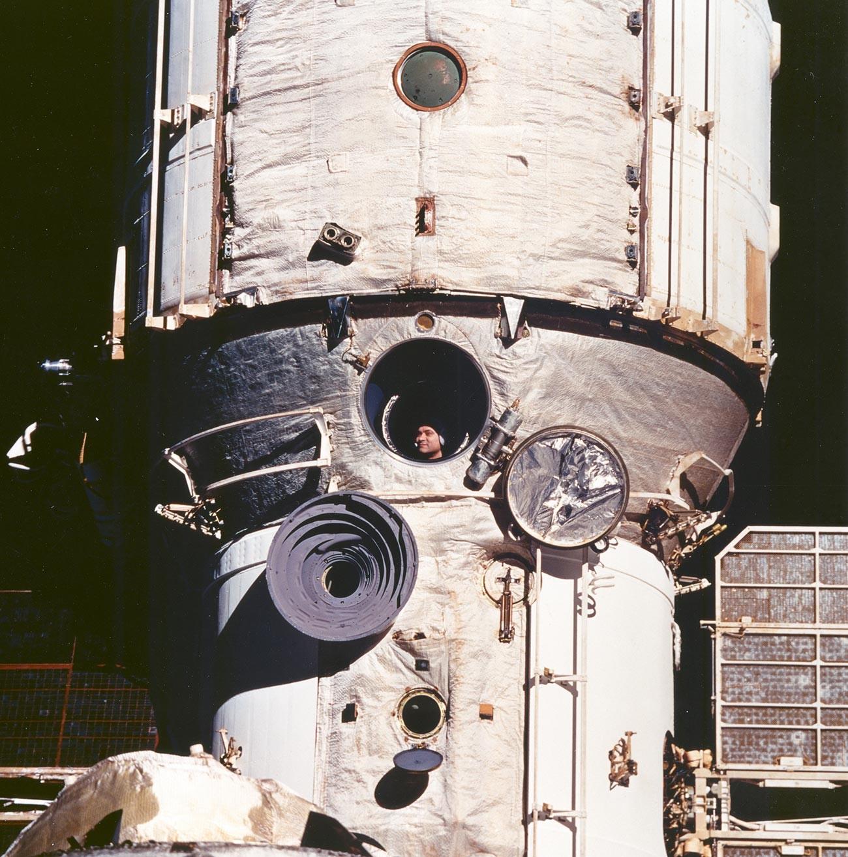 Le cosmonaute Valeri Poliakov à bord de la station Mir