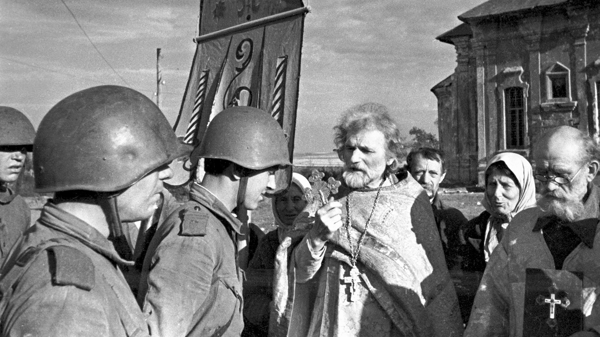 Des habitants d'une ville soviétique rencontrent leurs libérateurs