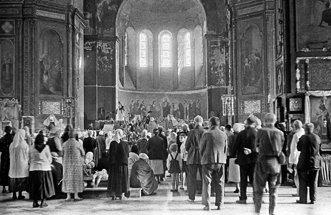 Dans l'une des églises de l'Ukraine soviétique pendant la Grande Guerre patriotique de 1941-1945