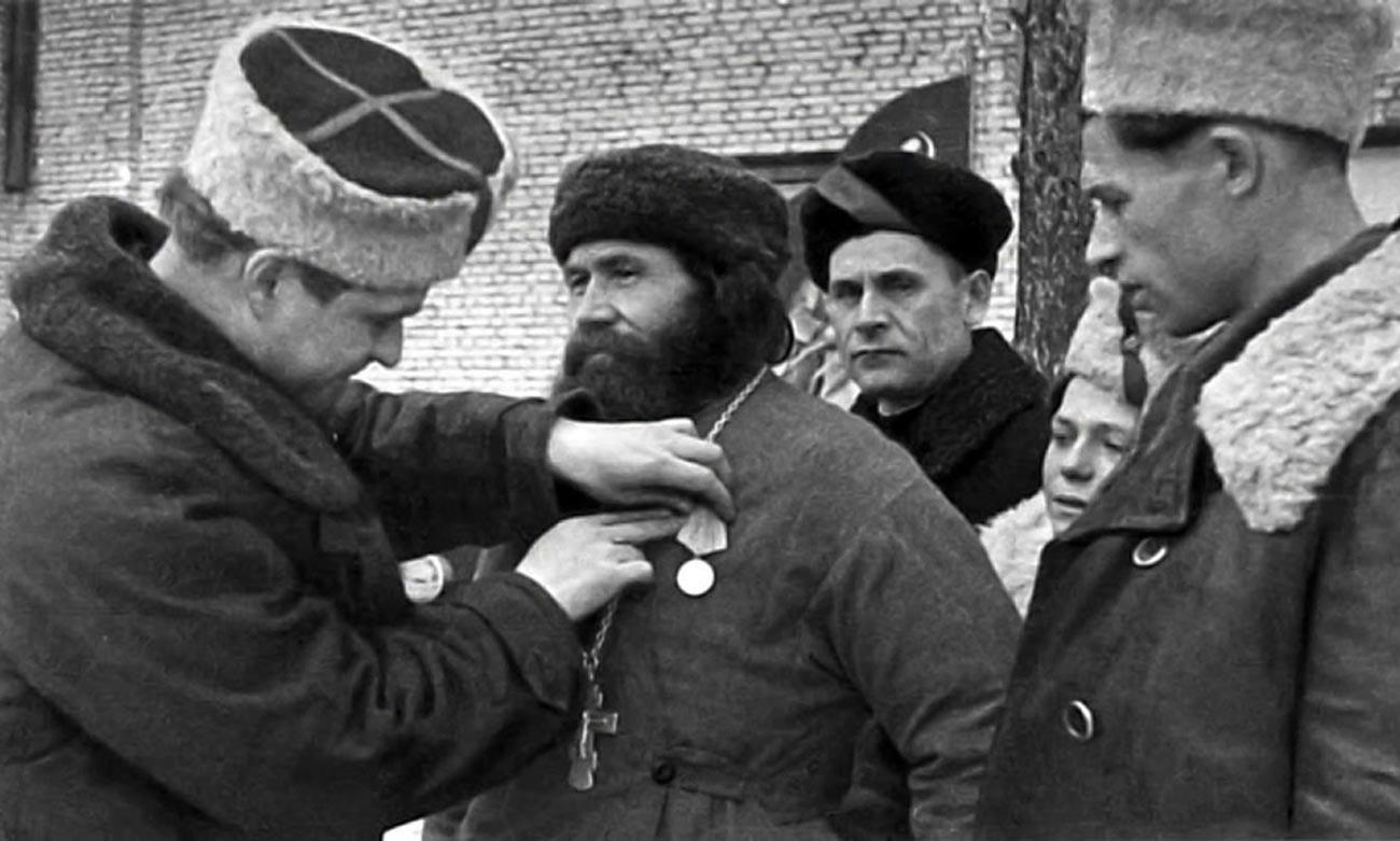 Remise à un prêtre orthodoxe de la médaille du deuxième degré « Partisan de la Grande Guerre patriotique »