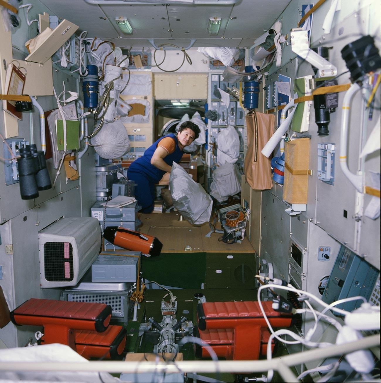 Suasana di dalam stasiun antariksa MIR, 1986.