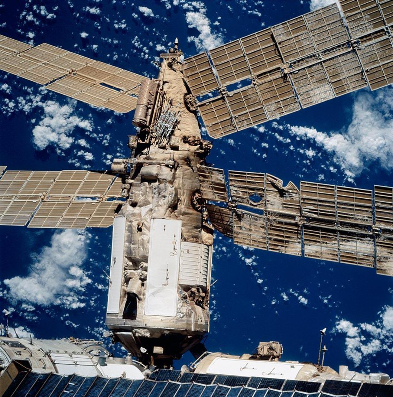 Kerusakan panel surya akibat tabrakan.