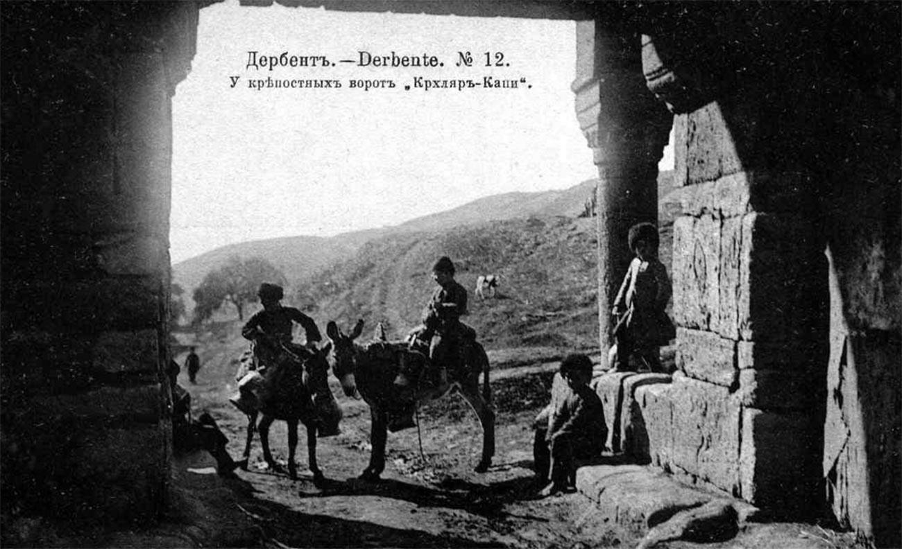 Durant une longue période au XIXe siècle, le Daghestan a subi la guerre du Caucase, au cours de laquelle l'armée de l'Empire russe s'est battue pour l'annexion des régions montagneuses de Ciscaucasie.